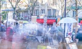 PARIS, FRANÇA - EM DEZEMBRO DE 2012: Visita Montmartre dos turistas, e longo Imagens de Stock Royalty Free