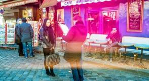PARIS, FRANÇA - EM DEZEMBRO DE 2012: Visita Montmartre dos turistas, e longo Fotografia de Stock