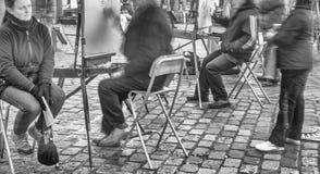 PARIS, FRANÇA - EM DEZEMBRO DE 2012: Visita Montmartre dos turistas, e longo Fotos de Stock Royalty Free