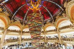 Paris França, em novembro de 2014: Feriado em França - Lafayette Galeries durante o Natal do inverno imagem de stock
