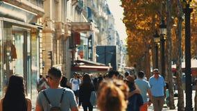 PARIS, FRANÇA, EM SETEMBRO DE 2017 - turistas aglomerados do passeio da avenida de Champs-Elysees do dia que visitam Paris O luga video estoque