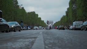 Paris França, movimento lento, Champs-Elysees, o tráfego do dia dos city's Contra o arco do triunfo Opinião de baixo ângulo video estoque