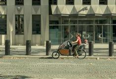 Paris França mulher do 14 de agosto de 2018 em uma bicicleta foto de stock royalty free