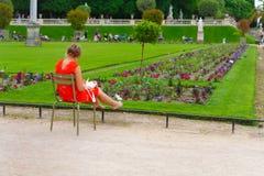 Paris, França, 13 06 2013, mulher que sentam-se em uma cadeira e trabalho Fotos de Stock Royalty Free