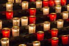 Paris, França, o 27 de março de 2017: As fileiras do acendimento iluminaram velas votivas dentro de Notre Dame de Paris, França Fotos de Stock Royalty Free