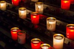 Paris, França, o 27 de março de 2017: As fileiras do acendimento iluminaram velas votivas dentro de Notre Dame de Paris, França Fotografia de Stock Royalty Free
