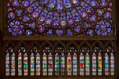 Paris, França, o 27 de março de 2017: janela de vitral na catedral de Notre Dame, Paris foto de stock royalty free
