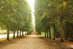 Paris, Français - août 26,2017 : Beau paysage avec les arbres verts sur deux côtés photos libres de droits