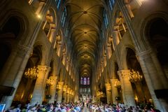 PARIS, FRAN?A - 8 DE JUNHO DE 2014: Turistas n?o identificados que visitam Notre Dame de Paris fotografia de stock royalty free
