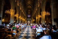 PARIS, FRAN?A - 8 DE JUNHO DE 2014: Turistas n?o identificados que visitam Notre Dame de Paris foto de stock royalty free