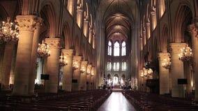PARIS, FRAN?A - 22 de mar?o de 2016: Interior de Notre Dame de Paris france A constru??o de Notre Dame come?ou no ano 1163 video estoque