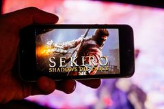 PARIS/FRANCE - март 2019: Тени Sekiro умирают дважды художественное произведение игры и название показано на мобильном телефоне и стоковые фото