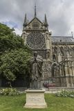PARIS/FRANCE -2017年6月2日:圣约翰保罗雕象II在巴黎前面,法国Notre Dame  免版税库存照片