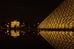 PARIS, FRANCE - 5 NOVEMBRE : Ravissez au Louvre le musée et l'arc De Photographie stock libre de droits