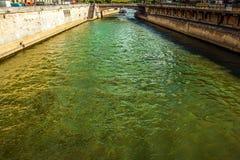 PARIS, FRANCE - 28 AOÛT 2015 : Bateau moderne de transport sur Sienne dans l'été Paris - la France Photo libre de droits