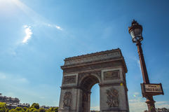 PARIS - FRANCE - 30 AOÛT 2015 : Famous Arc de Triumph, été Photo libre de droits