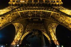 Paris, France - 25 août 2017 : Jeune fille blonde près de Tour Eiffel dans l'éclairage de nuit photo libre de droits