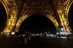 Paris, France - 25 août 2017 : Touristes près de Tour Eiffel dans l'éclairage de nuit images libres de droits