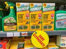 Paris, France - 27 avril 2019 : Étagères avec un grand choix d'herbicides dans un hypermarché français Le rassemblement est un no photo stock