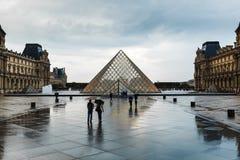 Paris france 01 2018 Czerwiec: Louvre muzeum kwadrat z lato zmierzchem Stary renaissance budynek oświeca t i słońcem Zdjęcia Royalty Free