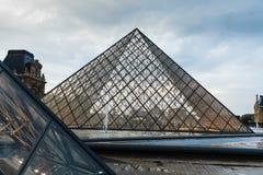 Paris france 01 2018 Czerwiec: Louvre muzeum kwadrat z lato zmierzchem Stary renaissance budynek oświeca t i słońcem Obraz Stock
