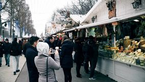 PARIS, FRANCE - DÉCEMBRE, 31, 2016 Marché de Noël serré et de nouvelle année Souvenir, stalles de nourriture Photos libres de droits