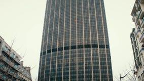 PARIS, FRANCE - DÉCEMBRE, 31, 2016 Tir d'inclinaison de Steadicam de visite Montparnasse, un des gratte-ciel les plus grands dans banque de vidéos