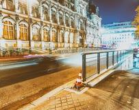 PARIS, FRANCE - DÉCEMBRE 2012 : Traînées de feu de signalisation sur le stre de ville Image libre de droits