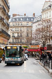 Ônibus urbano na rua de Paris imagem de stock royalty free