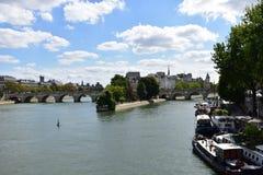 Paris, France Em agosto de 2018 Ile de la Menção da ponte sobre Seine River fotos de stock royalty free
