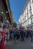PARIS, FRANCE - 1er mai 2016 - des rues de Montmartre s'est serré des personnes pour le jour ensoleillé de dimanche photos libres de droits