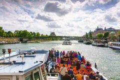 Paris, France - 1er mai 2017 : Les touristes croisent sur la Seine Images stock