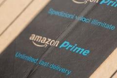 Paris, France - 8 février 2017 : Le colis de perfection d'Amazone empaquette le plan rapproché Amazone, est des élém. américains  photos stock