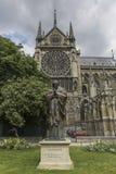 PARIS/FRANCE - 2 giugno 2017: Statua della st John Paul II davanti a Notre Dame di Parigi, Francia fotografia stock libera da diritti