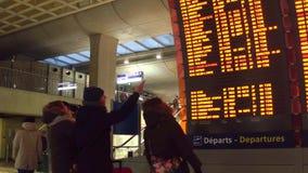 PARIS, FRANCE - JANVIER, 1, 2017 personnes près du départ d'aéroport de Charles de Gaulle embarquent Photo libre de droits
