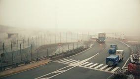 PARIS, FRANCE - JANVIER, 1, 2017 Véhicules utilitaires d'aéroport de Charles de Gaulle un jour brumeux Couleurs chaudes Image libre de droits
