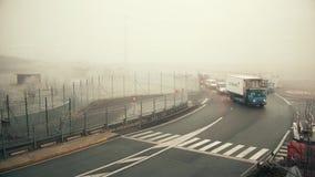 PARIS, FRANCE - JANVIER, 1, 2017 Véhicules utilitaires d'aéroport de Charles de Gaulle un jour brumeux Couleurs chaudes vidéo 4K clips vidéos