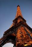 PARIS, FRANCE - 17 JUILLET 2010 : Le FEI lumineux de bas en haut de vue Image stock