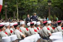 paris france 14 juillet 2012 Le Président français Francois Hollande souhaite la bienvenue à des citoyens pendant le défilé Images stock