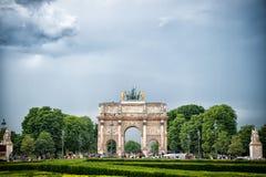 Paris, France - 2 juin 2017 : Arc de Triomphe du Carrousel dans le palais de Louvre Arquez le monument et les arbres verts sur le images libres de droits
