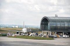 PARIS, FRANCE - 17 juin 2016 - atterrissage d'aéroport de Paris et cargaison et passager de chargement Photos libres de droits