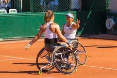 PARIS, FRANCE - 10 JUIN 2017 : La femme de Roland Garros double la roue Photo libre de droits