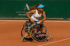 PARIS, FRANCE - 10 JUIN 2017 : La femme de Roland Garros double la roue Image stock