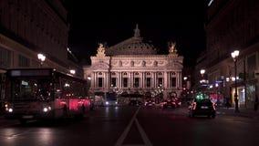 PARIS, FRANCE - 17 juin 2019 : Verrouillé en bas du tir de établissement en temps réel de l'opéra Garnier la nuit Personnes de nu banque de vidéos