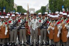 paris france Juli 14, 2012 Banbrytare av den franska utländska legionen för ståta på Champset-Elysees Arkivfoto