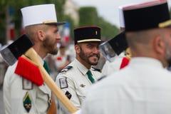 paris france Juli 14, 2012 Banbrytare av den franska utländska legionen under ståta på Champset-Elysees Arkivfoto