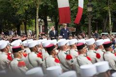 paris france Juli 14, 2012 Den franska presidenten Francois Hollande välkomnar medborgare under ståta Arkivfoto