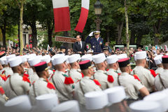 paris france Juli 14, 2012 Den franska presidenten Francois Hollande välkomnar medborgare under ståta Royaltyfri Fotografi