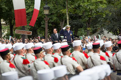 paris france Juli 14, 2012 Den franska presidenten Francois Hollande välkomnar medborgare under ståta Royaltyfri Foto