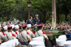paris france Juli 14, 2012 Den franska presidenten Francois Hollande välkomnar medborgare under ståta Royaltyfri Bild